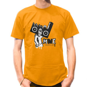 20170522_T-shirt_mockup_Homme_col_rond_MNE_modele_4_apricot